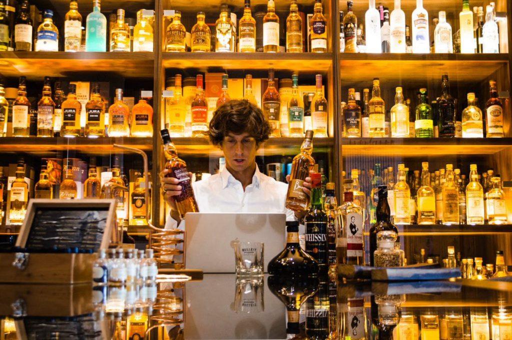 ekspert whisky na prezentacji